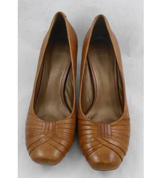 Clarks light brown heeled shoes Size 6