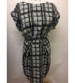 BNWT Closet Blu Size 16  Grey and Black Square Patterned Knee Length Dress
