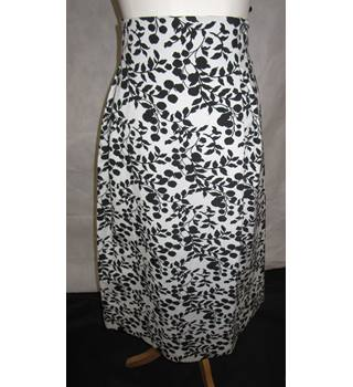 Marks and Spencer - M & S - Black White Cotton Mix - Skirt - Size 22 UK - BNWTS