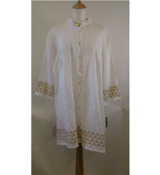 BNWT Lucy & Laurel size XL white with golden pattern long sleeved shirt