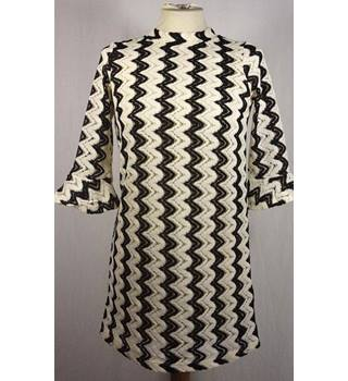 BNWT Topshop size: 8  black and white lace style pattern dress