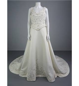 Stunning Pronovias Bridal Ivory Size 14 Dress With Exquisite Embroidery