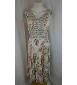 PRE-LOVED CLASSIC M&S FLORAL DRESS, SIZE 18 M&S Marks & Spencer - Size: 18 - Multi-coloured - Sleeveless