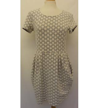 River Island - Size: 12 -  Cream with Black Rhombus Pattern Short Sleeved Dress