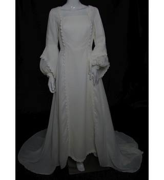 VINTAGE - Unbranded - Size: 10 - Ivory - A-line Chiffon wedding dress with chapel train