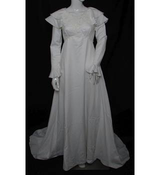 Unbranded - Size: 10 - White - A-line wedding dress with chapel train