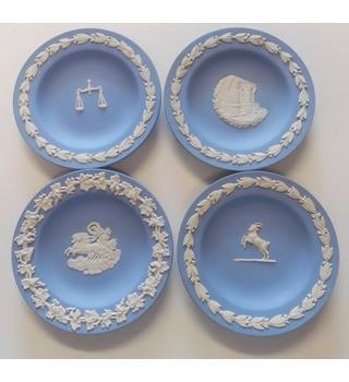 4 SMALL WEDGEWOOD BLUE PLATE/PLAQUES