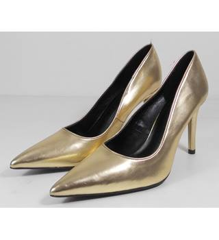 NWOT M&S Size 6 Gold Court shoes