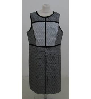 M&S Size:20 black & white patterned sleeveless dress