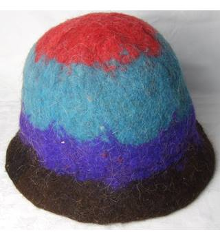 Striped felted cloche hat. Unbranded - Size: Not specified - Multi-coloured