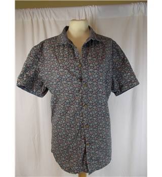 Linea, size M blue floral short sleeved shirt