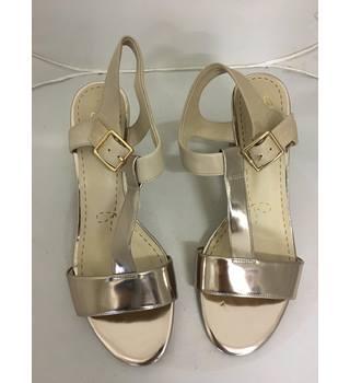 c4696c0b7266 Brand new Clark s - Smart Deva Sandals Clarks - Size  7.5 - Metallics