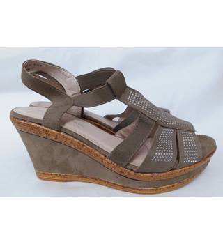 19d7abecfe0 Women s Brown Cushion Walk Wedges- Size 6