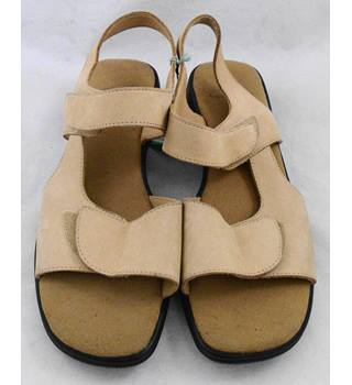 4b028f10bb97 Clarks light brown leather sandals Size 5D