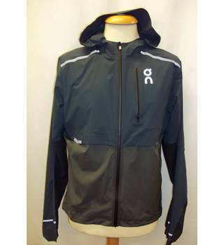 e4b5f1ea02d7e Run on Clouds at On Running, size S navy & grey lightweight weather  jacket