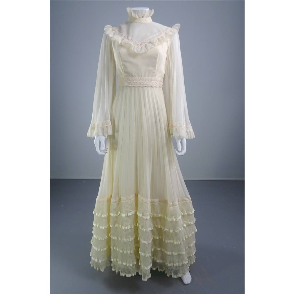 Vintage 1970s Size 10 Ivory Wedding Dress With Lace Trims