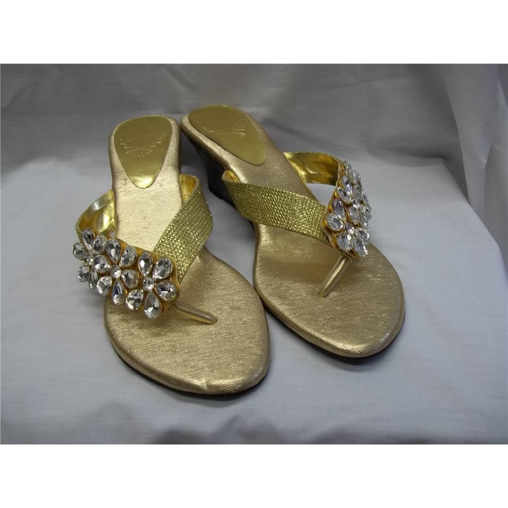9853e015dc02 Gold thong wedge sandals Fiddaa - Size  6