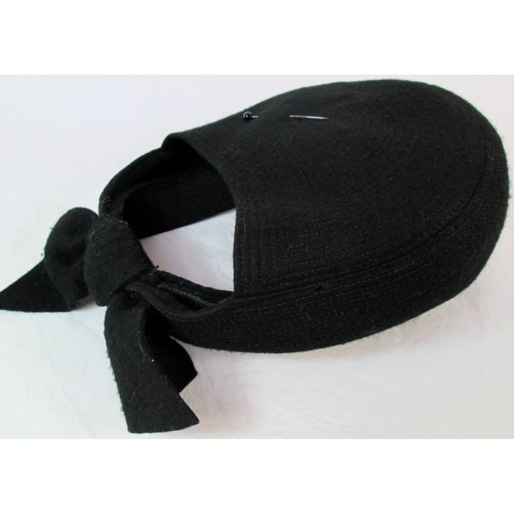 Vintage (1940s ) Jacoll half hat in black felt with hat pin.  5326e18c086