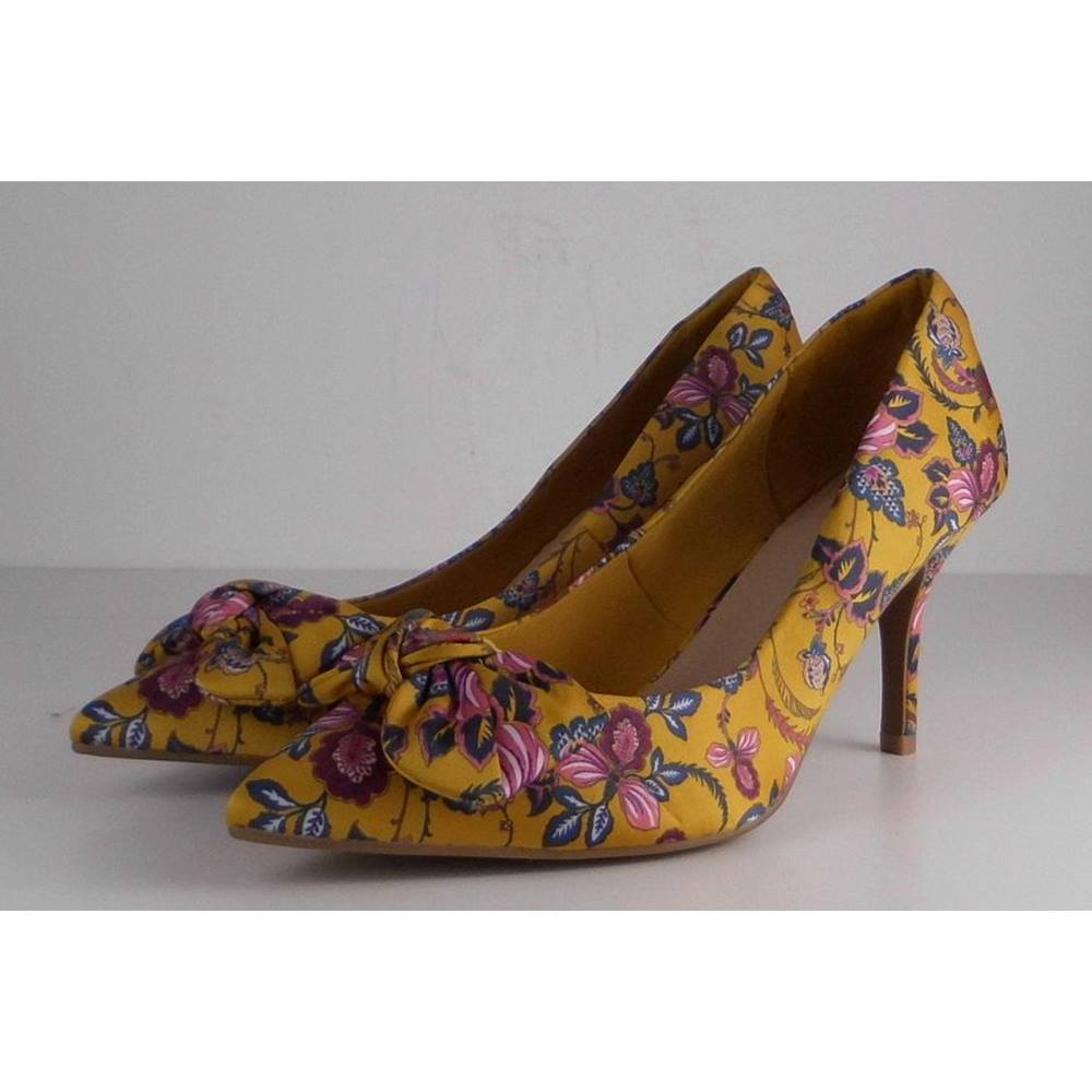 4d492996474 NWOT M S Marks   Spencer Extra Wide Fit Size  8 Golden Yellow with Florals  Heeled. Loading zoom