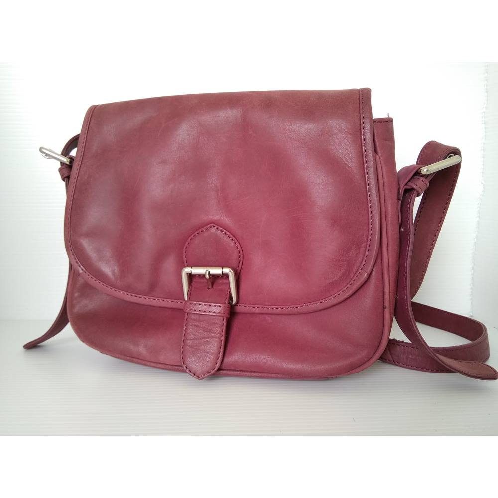 Oxfam Online Hub Milton Keynes Condition Used Excellent Description Plum Colour And In Very Good It Had A On Clasp Compartment At The Back