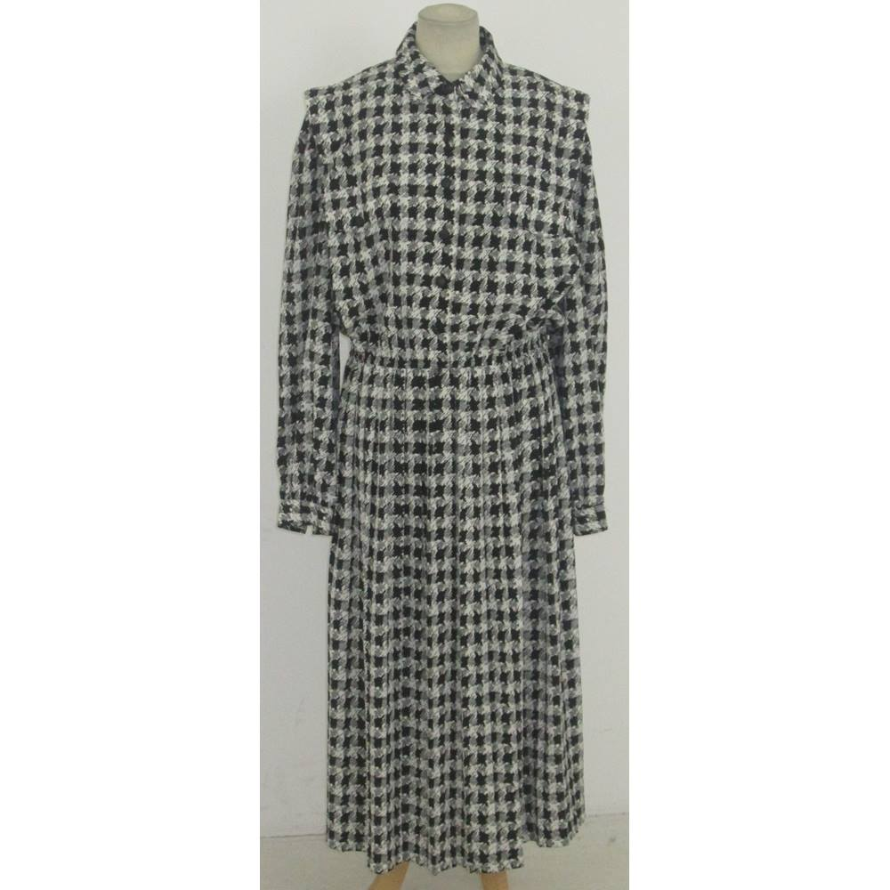 392b11d397 ... dress from Leslie Faye in a light polyester with a monochrome  hounds-tooth check pattern. It has a small collar & fastens at the front  with 6 buttons.