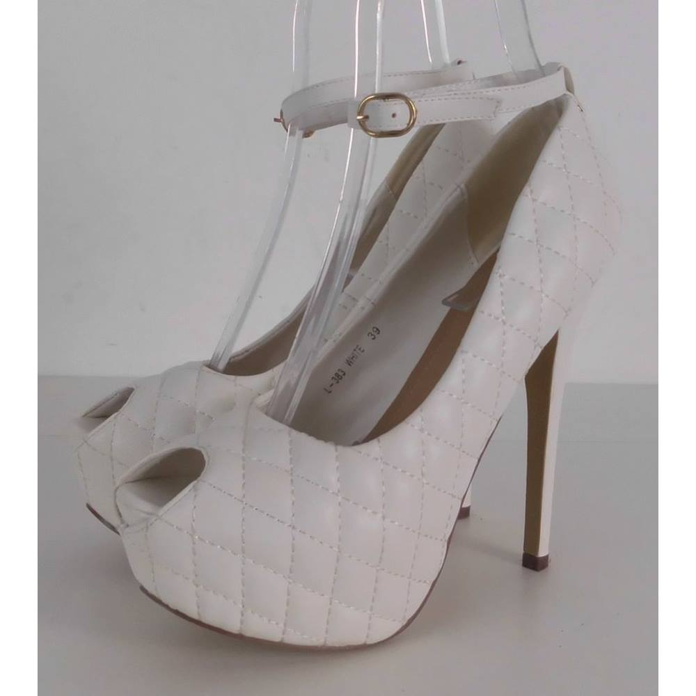 e3ce9c55b2876 NWOT Bai Wei White Quilted High Stiletto Court Shoes With Ankle Strap Size  6. Loading zoom