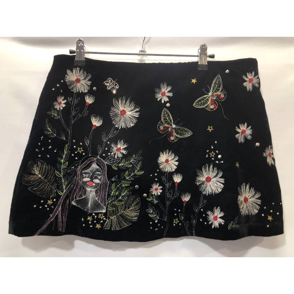 Preview of the first image of Zara Embroided skirt Black  Size: M.